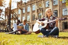 Jeune femme commise pratiquant ses qualifications de musique Image stock