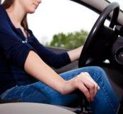 Jeune femme conduisant avec le véhicule Photographie stock libre de droits