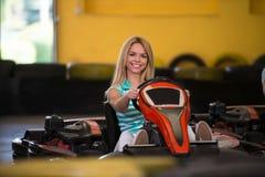 Jeune femme conduisant la course de Karting de kart images libres de droits