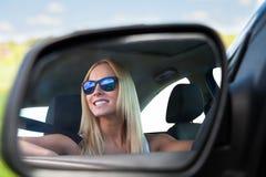 Jeune femme conduisant la voiture Photographie stock