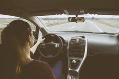 Jeune femme conduisant la voiture sur la route image libre de droits