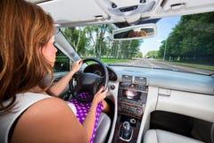 Jeune femme conduisant le véhicule photo stock