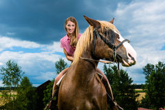 Jeune femme conduisant les chevaux sur le pré Images libres de droits
