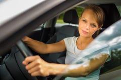 Jeune femme conduisant son véhicule images libres de droits