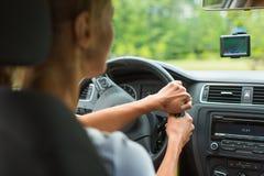 Jeune femme conduisant son véhicule photos libres de droits
