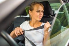 Jeune femme conduisant son véhicule image stock