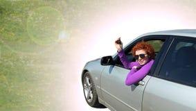Jeune femme conduisant son véhicule neuf image stock