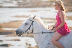 Jeune femme conduisant un cheval Photos libres de droits