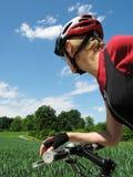 Jeune femme conduisant un vélo Photos stock