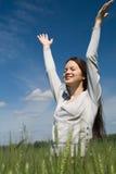 Jeune femme contre le ciel bleu Photo libre de droits
