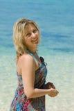 Jeune femme contre le contexte de la mer Photo libre de droits