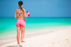 Jeune femme convenable d'Active dans ses vêtements de sport pendant des vacances de plage Photos stock