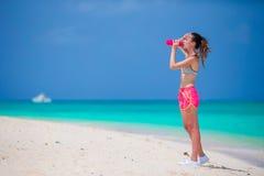 Jeune femme convenable d'Active dans ses vêtements de sport pendant des vacances de plage Image libre de droits