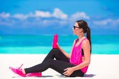 Jeune femme convenable dans ses vêtements de sport pendant la plage Image stock