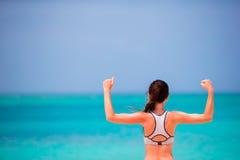 Jeune femme convenable dans ses vêtements de sport sur la plage Photo stock