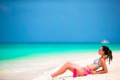 Jeune femme convenable de sport sur la plage blanche tropicale Photos libres de droits