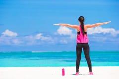Jeune femme convenable faisant des exercices sur le blanc tropical Images stock