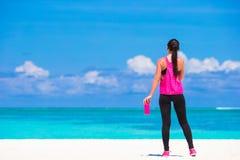 Jeune femme convenable faisant des exercices sur le blanc tropical Photos stock