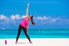 Jeune femme convenable faisant des exercices sur le blanc tropical Photo stock