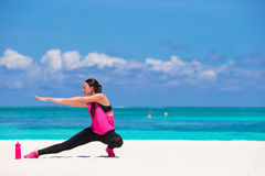Jeune femme convenable faisant des exercices sur le blanc tropical Photographie stock libre de droits