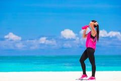 Jeune femme convenable faisant des exercices sur le blanc tropical Images libres de droits