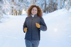 Jeune femme convenable pulsant en hiver image libre de droits