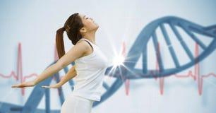 Jeune femme convenable s'étirant contre la structure d'ADN Image libre de droits