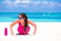 Jeune femme convenable sur la plage blanche tropicale dans elle Images libres de droits