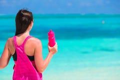 Jeune femme convenable sur la plage blanche tropicale dans elle Photographie stock