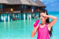 Jeune femme convenable sur la plage blanche tropicale dans elle Photographie stock libre de droits