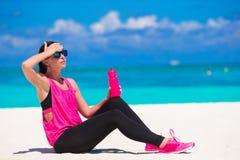 Jeune femme convenable sur la plage blanche tropicale dans elle Photo stock