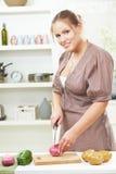 Jeune femme coupant l'oignon Photo stock
