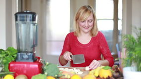 Jeune femme coupant la pomme clips vidéos