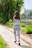 Jeune femme courant à côté d'un fleuve images stock