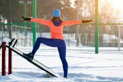 Jeune femme courant en hiver photo stock