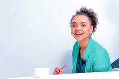 Jeune femme créative à la séance de réflexion Photographie stock