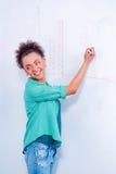 Jeune femme créative à la séance de réflexion Image stock