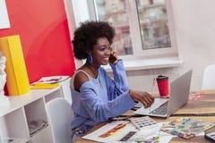 Jeune femme créative portant les vêtements bleus et ayant le maquillage gentil photos libres de droits