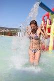 Jeune femme criant avec l'excitation en stationnement d'aqua photo stock