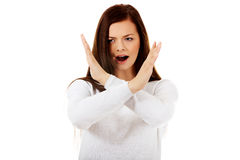 Jeune femme criarde fâchée faisant des gestes le signe d'arrêt Photographie stock libre de droits