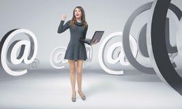 Jeune femme curieuse parmi des emails illustration libre de droits