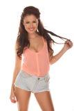 Jeune femme décontractée heureuse dans des shorts bien justes Image libre de droits
