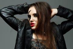Jeune femme dénommé comme la vedette du rock Photos stock