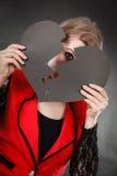 Jeune femme déprimée couverte par le coeur brisé Photos stock