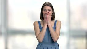 Jeune femme désespérée sur le fond brouillé banque de vidéos