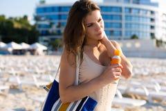 Jeune femme détendant à la station balnéaire Photos libres de droits