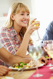 Jeune femme détendant au dîner Photos stock