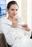 Jeune femme détendant avec la cuvette de thé images libres de droits