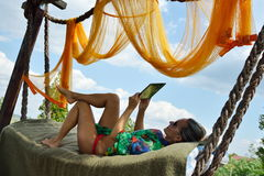 Jeune femme détendant dans l'hamac Photo stock