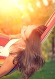 Jeune femme détendant dans l'hamac Image stock